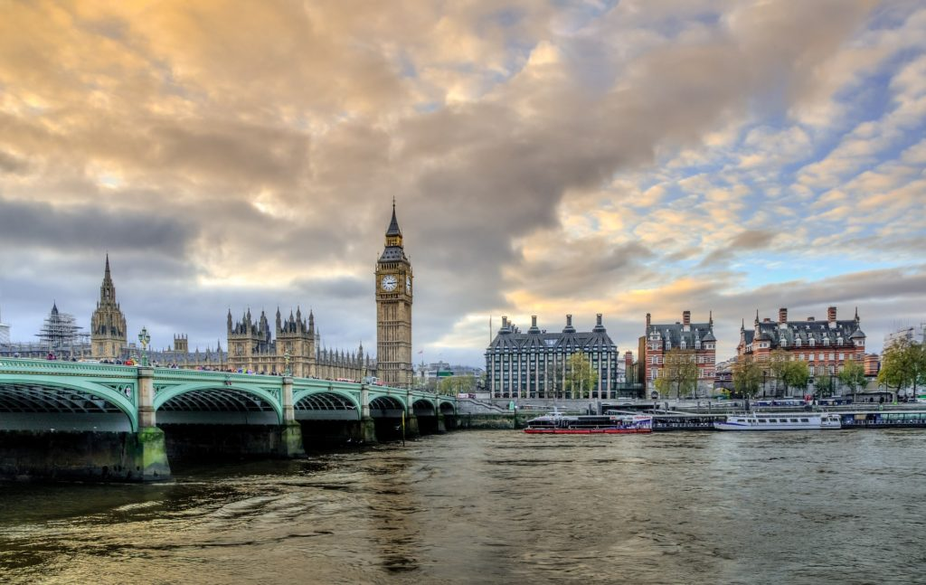 Must-see for an International Student in the UK - London - Big Ben - Victoria Bridge